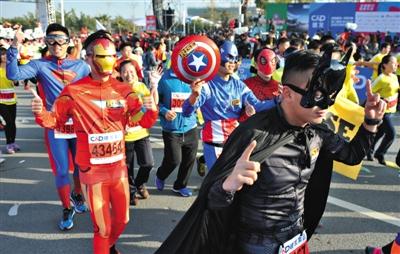 1月3日,厦门马拉松拉开了2015年中国马拉松赛事的大幕.新华社记