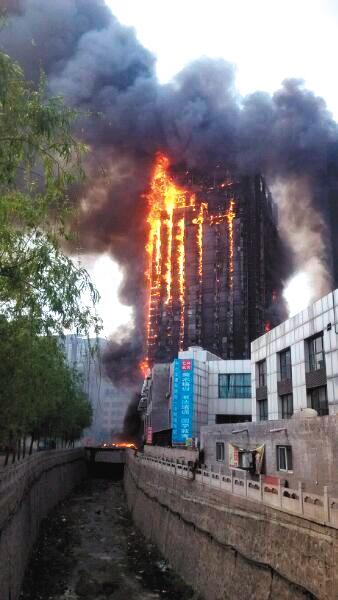 山西灵石一高层建筑突发大火 致2死1伤 - 七色社会 - 七色社会