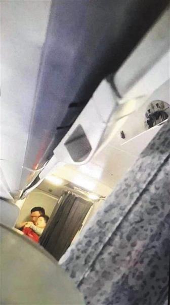 """昨日上午,长沙飞北京的中国国航CA1350航班,因""""公共安全原因""""备降郑州。中国民航局通报称,事发时,机上一名男性乘客以钢笔作为工具,胁持航班乘务员。"""